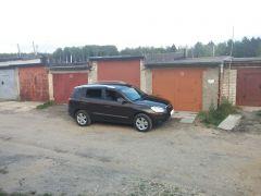 У гаража.
